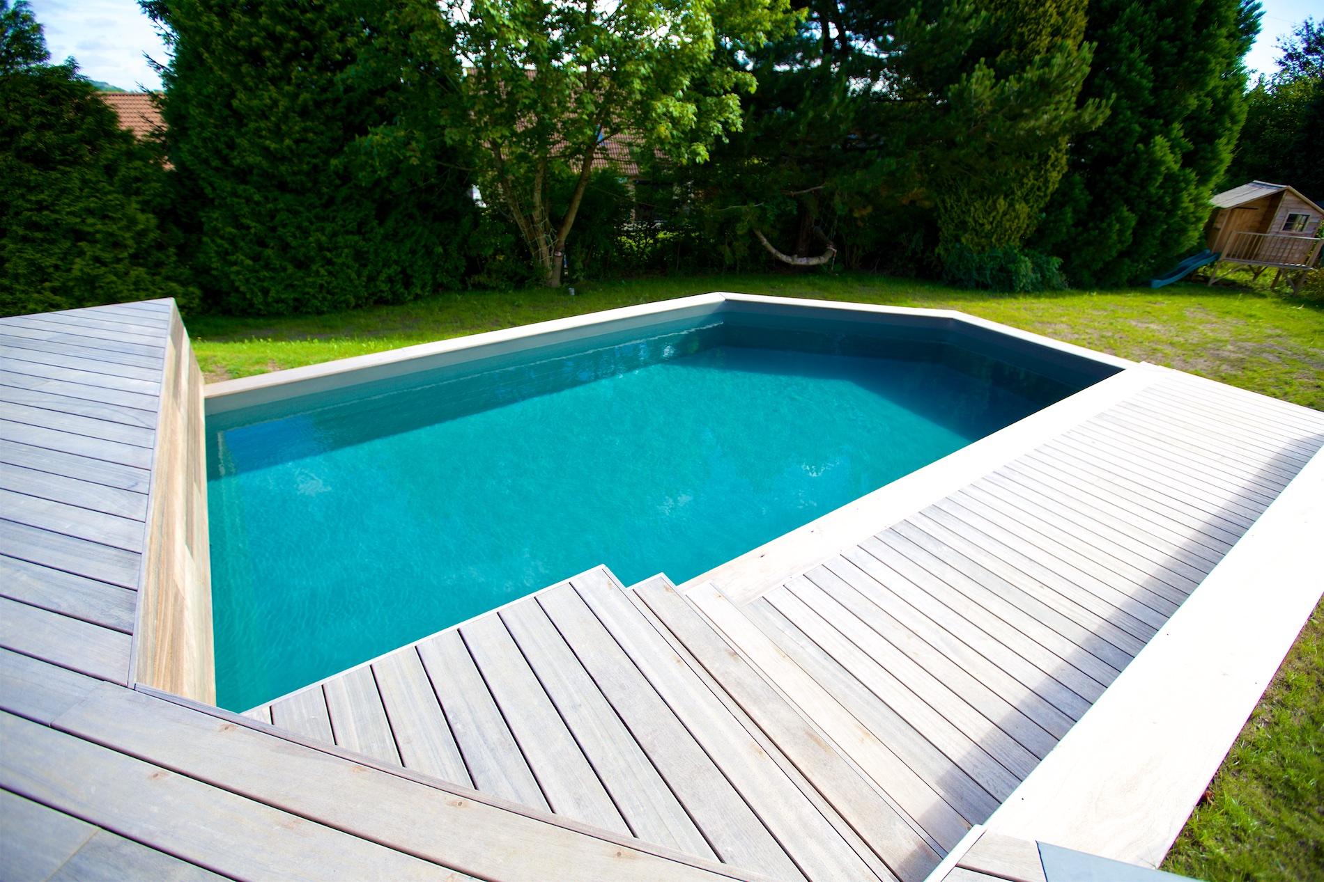 Piscine terrasse en bois et dalles novirtua for Accessoire piscine namur