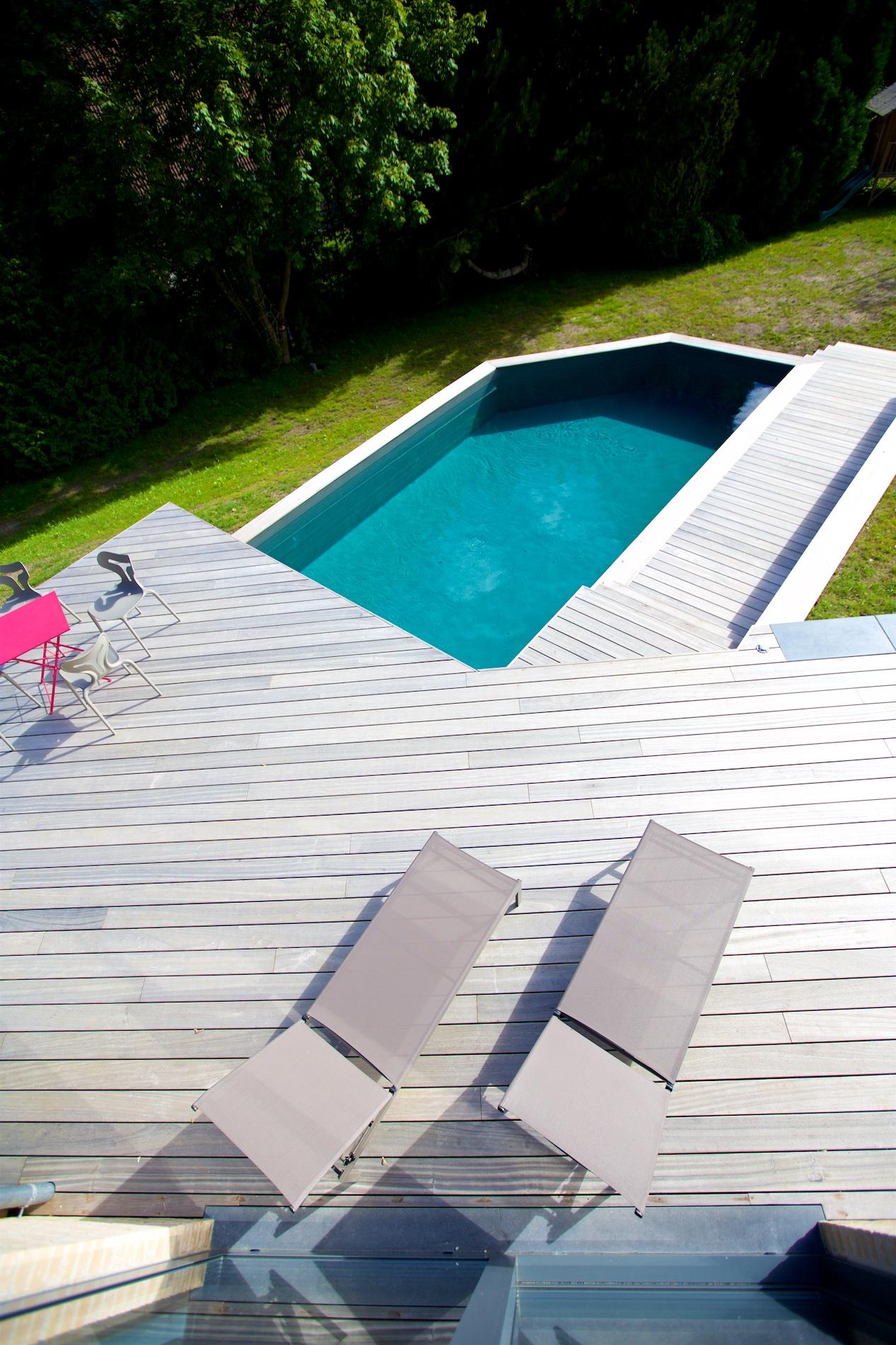 Piscine, terrasse en bois et dalles